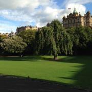 Эдинбург окружен зелеными лугами