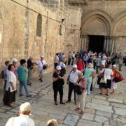 паломники у входа в храм