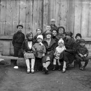 Во дворе дома 6 в Черниговском переулке – бабушка с Леночкой и соседскими детьми